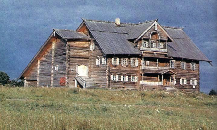 Старинный крестьянский дом в деревне Васильево.  Фасад дома.